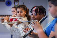Les élèves de l'école Renaissance apprennent à jour de la flûte traversière