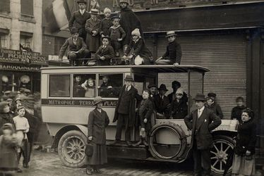 Défilé improvisé à la proclamation de l'armistice au Havre, le 11 novembre 1918
