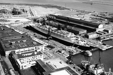 Anonyme. Le paquebot France (CGT 1962-1977) dans la forme 7 au Havre.