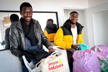 Birago Gueye (à gauche) et Auguste Ekeny ont collecté pas moins de 60 kg de vêtements, uniquement dans leur immeuble !