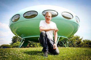Craig Barnes devant la Futuro House installée dans les Jardins Suspendus pour l'événement Un Été au Havre 2018