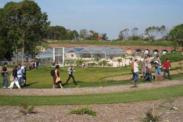 Jardins suspendus et serres en arrière plan - Erik Levilly