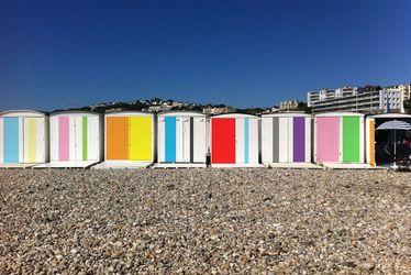 Les cabanes prennent des couleurs sur la plage