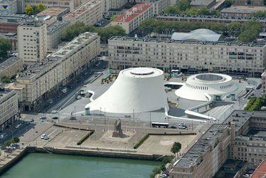Les architectes aiment Le Havre - En centre-ville, la place du Général de Gaule, témoin privilégiée du dialogue entre le Volcan d'Oscar Niemeyer et les immeubles du centre reconstruit signés Auguste Perret