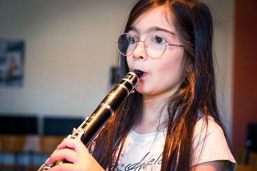 Jeanne, élève à l'école Théophile Gautier, étudie la clarinette dans le cadre du projet DÉMOS