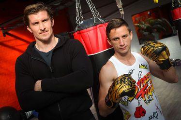 Professionnel en boxe thaïlandaise, Arthur Meyer (à droite, avec son entraîneur Louis Pavis) envisage de participer à la plus grande compétition mondiale de kick-boxing à Tokyo