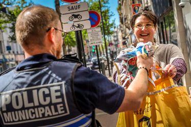 Laëtitia Demarets remet 80 masques de protection grand public aux agents de la Police Municipale