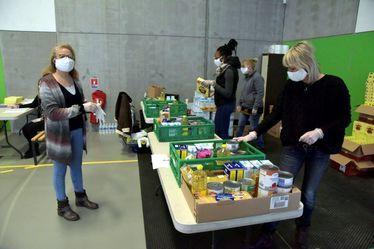 distribution de colis alimentaires par le CCAS