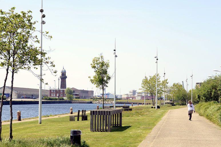 Aux abords du jardin fluvial, c'est tout le patrimoine historique, industrielle et portuaire réhabilité du Havre qui se dévoile, comme ici au loin avec la cloche des dockers