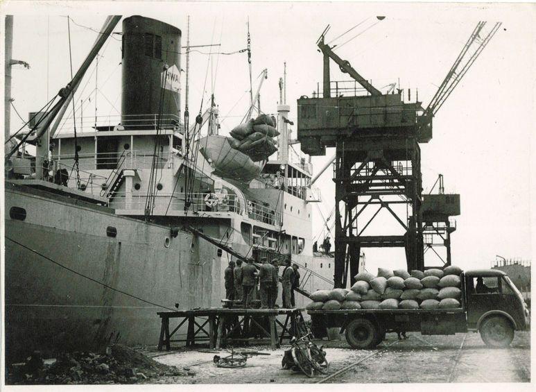 Déchargement du « Congostrom » quai de Guinée le 13 février 1948. Photo J. JACQUIN ; Coll. Musées d'Art et d'Histoire de la Ville du Havre