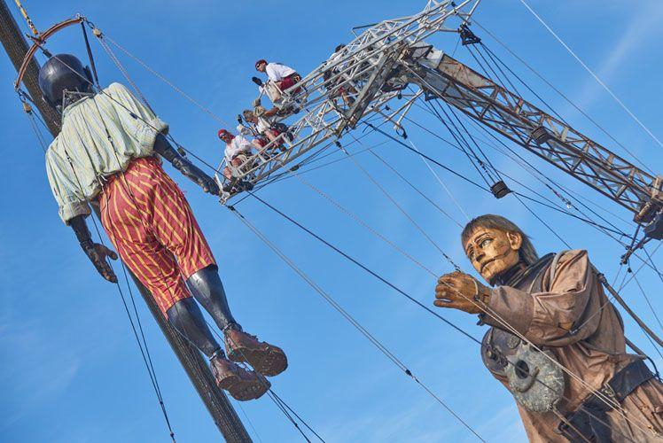 La rencontre du Petit Géant Noir et du Géant en Scaphandrier, le Royal de Luxe au Havre du 6 au 9 juillet 2017