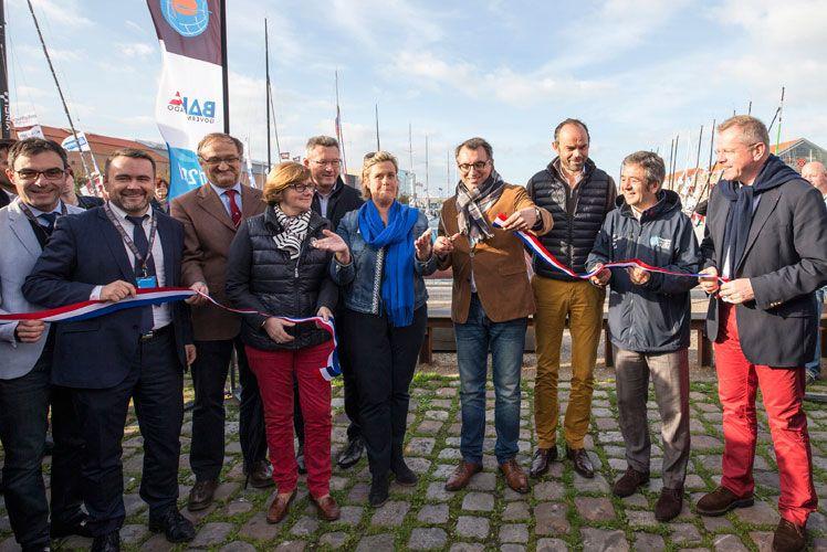 Le maire du Havre, Luc LEMONNIER, coupe le ruban lors de l'inauguration de la Transat Jacques Vabre, aux côtés du Premier Ministre Edouard PHILIPPE