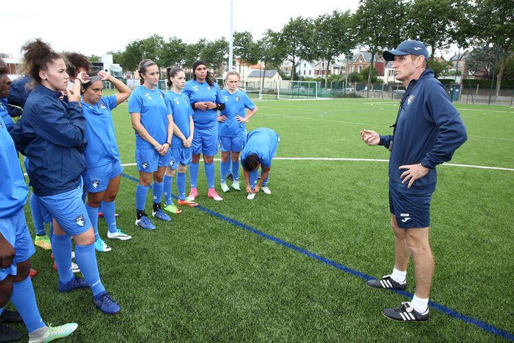 Thierry Uvenard à l'entraînement avec les joueuses de l'équipe féminine du HAC Foot