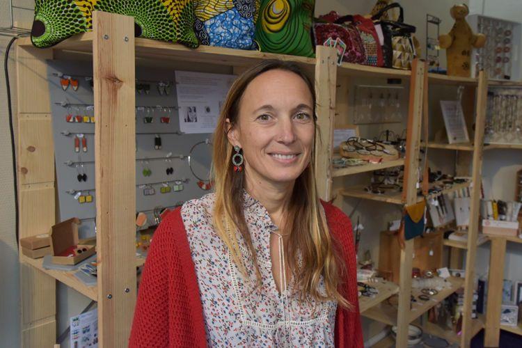 Laëtitia Léger (Bijoux 2L) l'une des artistes et artisans solidaires de l'association Les P'tites mains dans la main