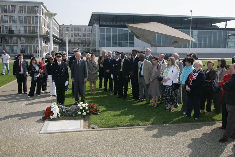 Inauguration de la plaque commémorant la mémoire de la traite et de l'esclavage au Havre, par Antoine Rufenacht, maire du Havre, le 10 mai 2009