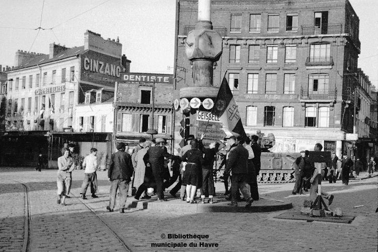 Le 12 septembre 1944, des havrais hissent la Croix de Lorraine, symbole de la liberté