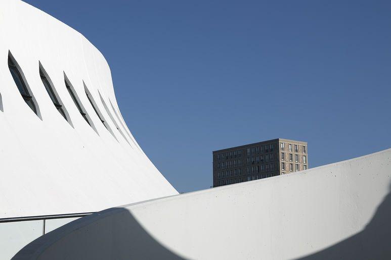 Deux architectures modernes s'entremêlent, celles d'Oscar Niemeyer et d'Auguste Perret