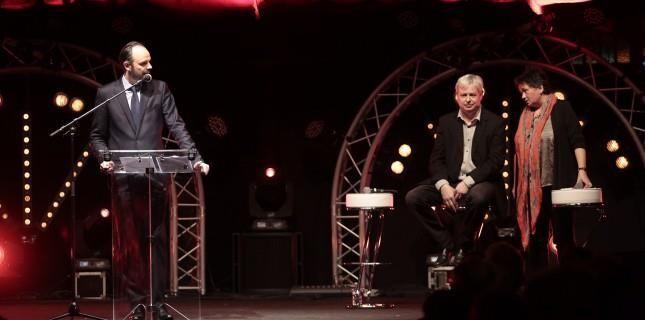 Edouard PHILIPPE, maire du Havre, et Jonathan Coe, invité d'honneur de l'édition, ensemble sur scène pour ouvrir l'édition 2015 du Festival littéraire Le Goût des Autres