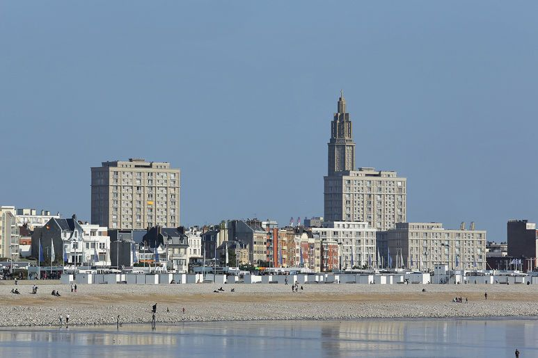 Vue depuis la plage sur le patrimoine reconstruit d'Auguste Perret, classé à l'Unesco