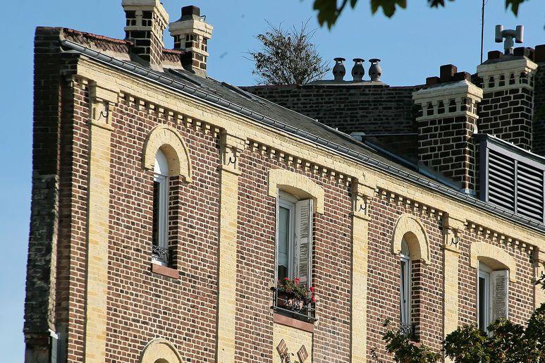 Les façades des logements anciens réhabilités comme ici rue Amiral Courbet