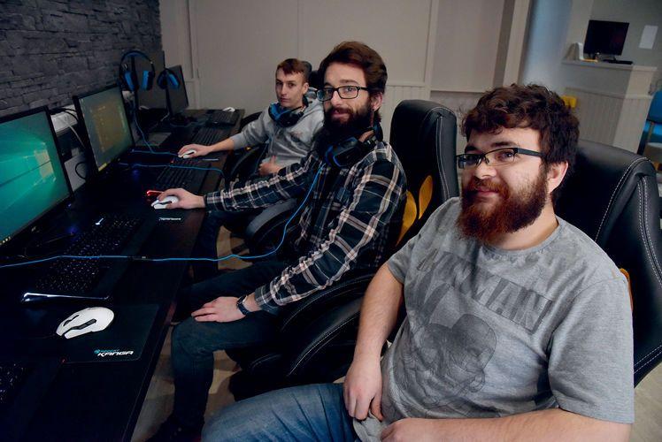 """Méziane, Guillaume, Félix et Anissa, fondateurs de Low Mana : """"Non, le geek n'est pas un être asocial !"""""""""""