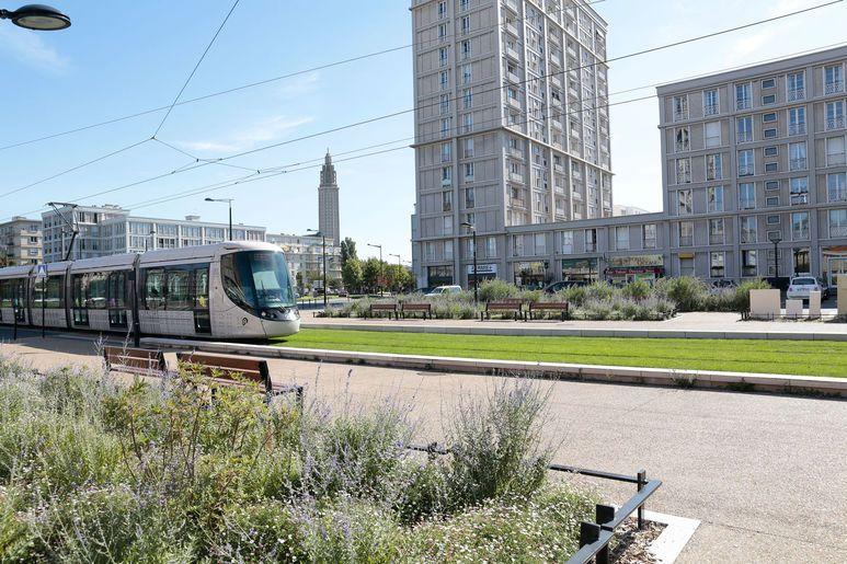 Le tramway circulant aux abords de la Porte Océane (Perret), direction La Plage
