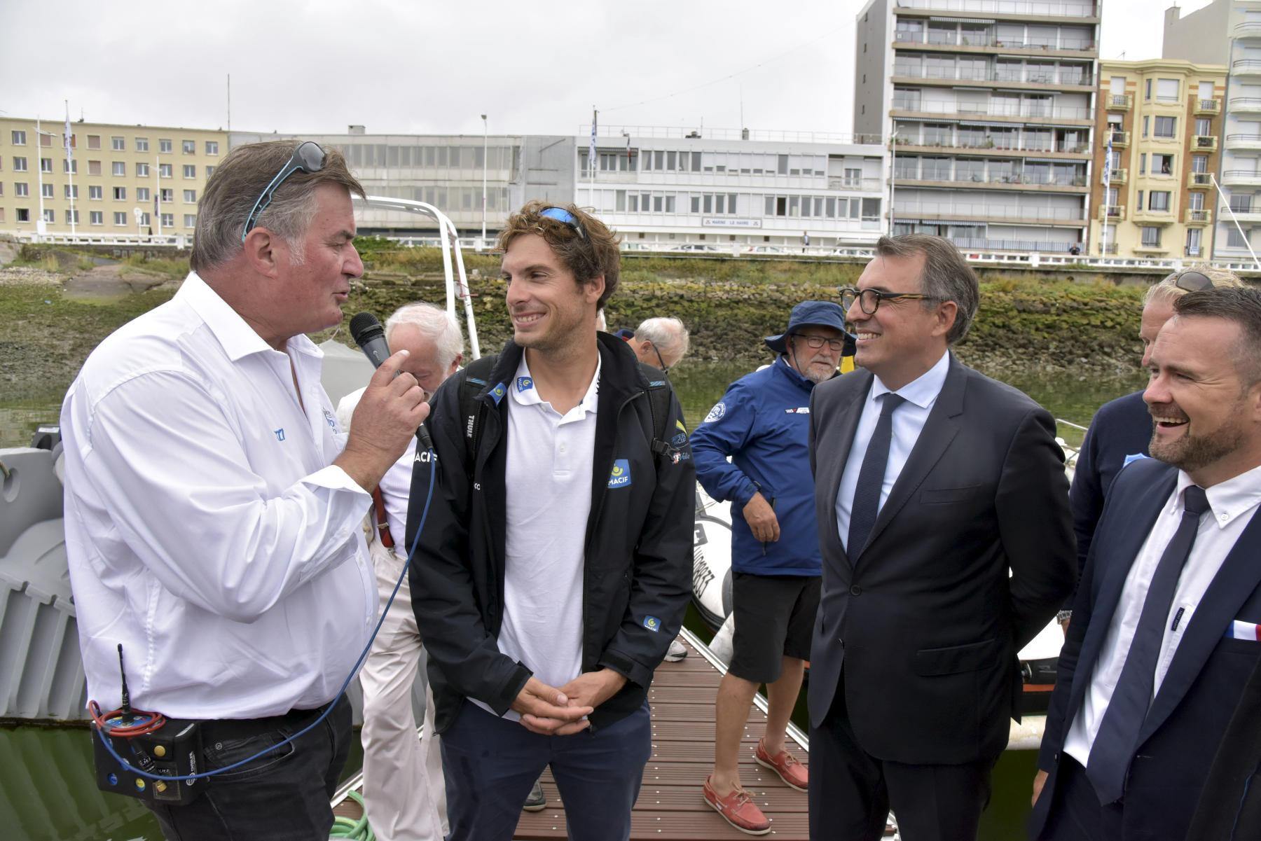 Le skipper havrais Charlie Dalin (au centre), favori de cette Solitaire URGO Le Figaro 2018, aux côtés du maire du Havre Luc Lemonnier (à droite)